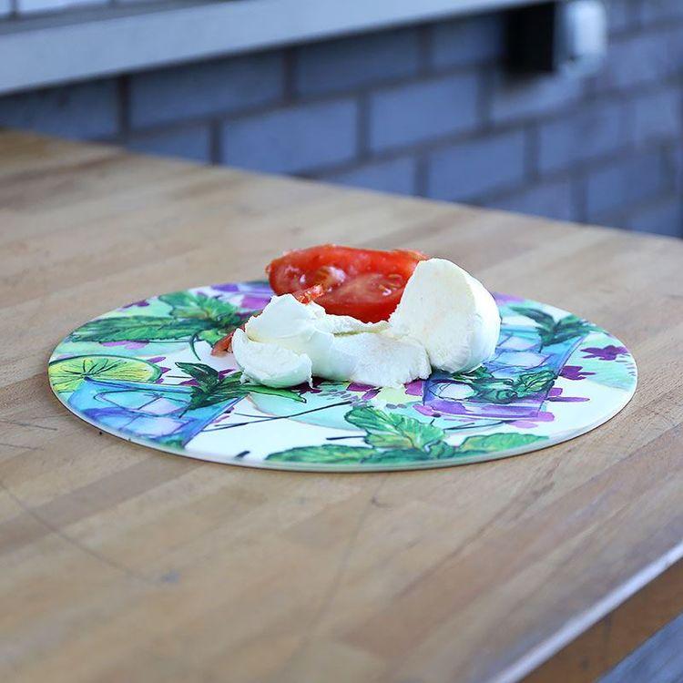 Plat personnalisé avec tomates et mozarella