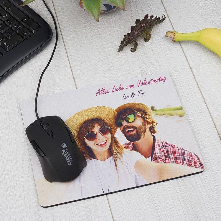 Mauspad mit Foto eines Paares und Computermaus