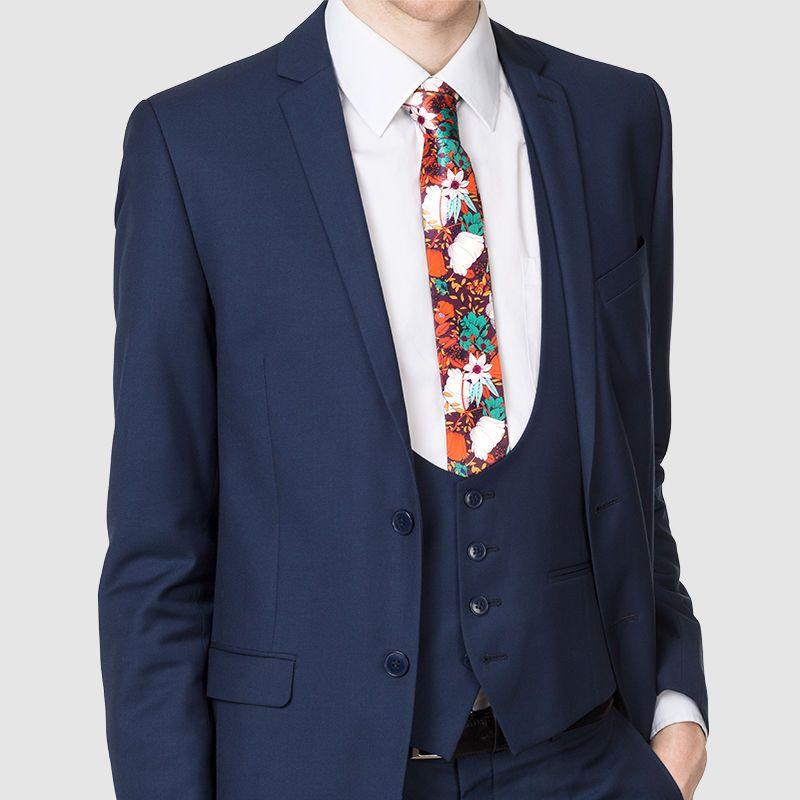 Personlig slips med mörkblå kostym