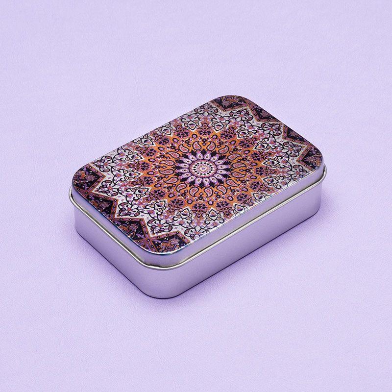 kleine blechdose mit lila muster