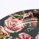 nahaufnahme tellerrand mit rosendruck