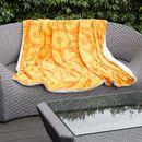 überwurfdecke mit orangenem design