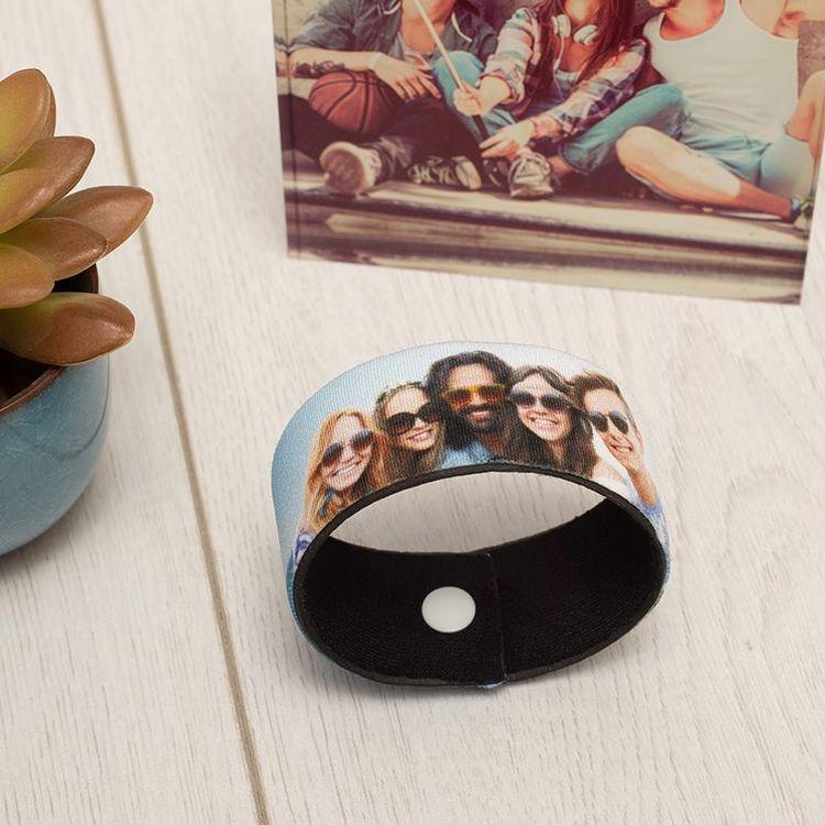 personalisiertes armband bedruckt mit gruppenfoto