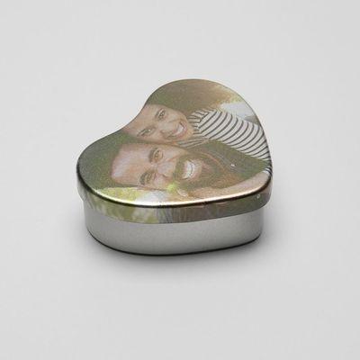scatolina di latta a forma di cuore con caramelle