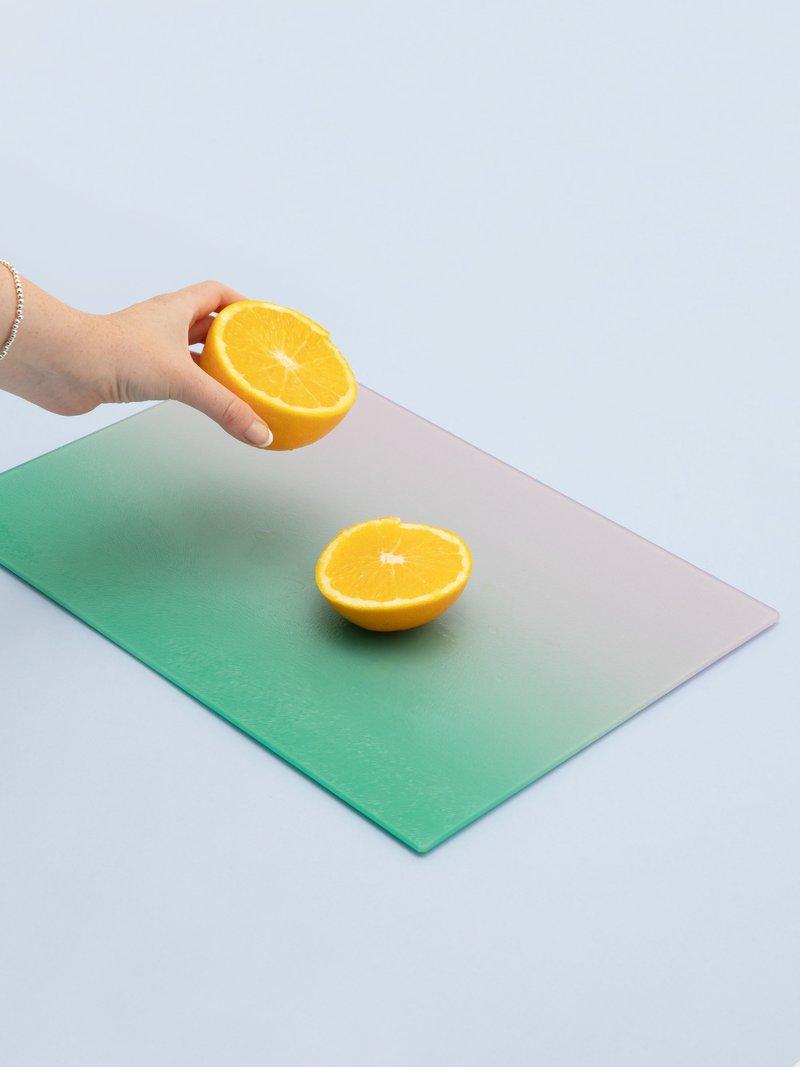 Pieds en PVC antidérapants sous la planche à découper en verre