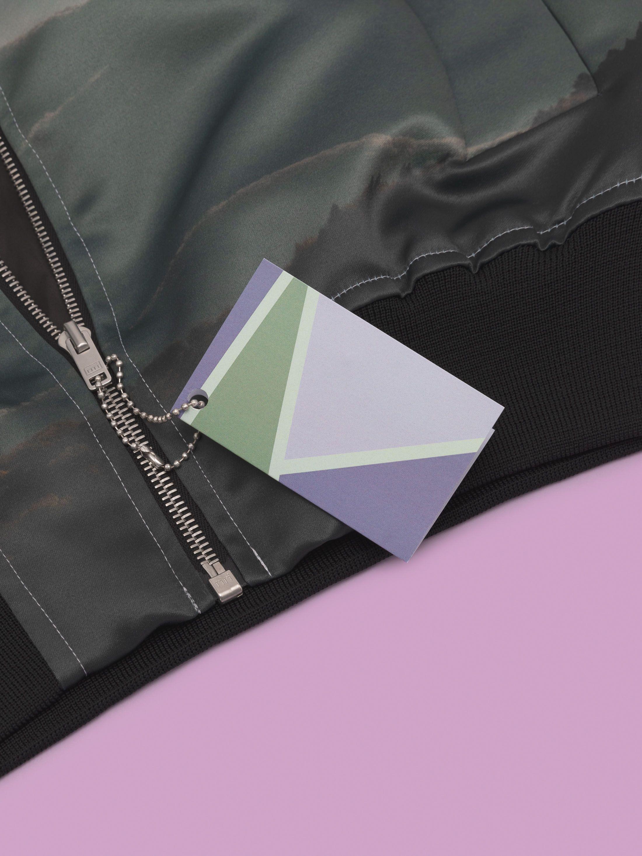 Design coloré sur l'étiquette carton vêtement