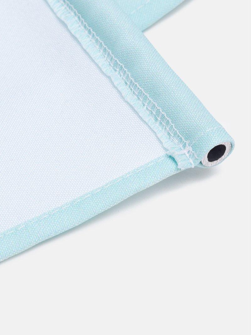 Détail des barres en aluminium cousues dans la tenture