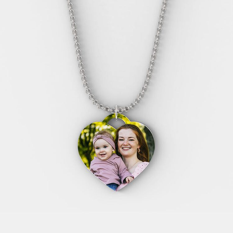 collar de plata con forma de corazon