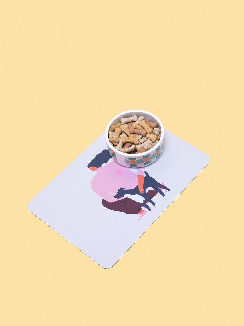 corner details of dog and cat food mat showing the black border